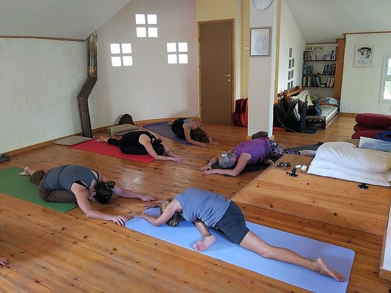 שיעור יוגה בפרדס-חנה 1
